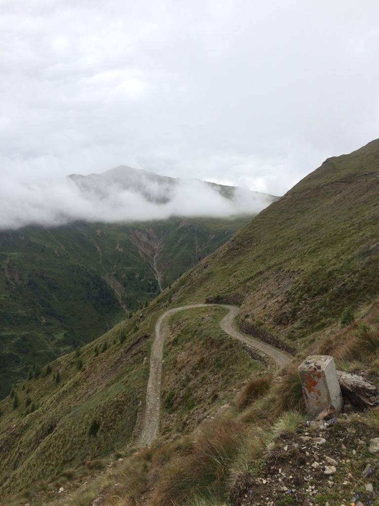 alte Militärwege auf dem Weg zum Gipfel des Markinkele