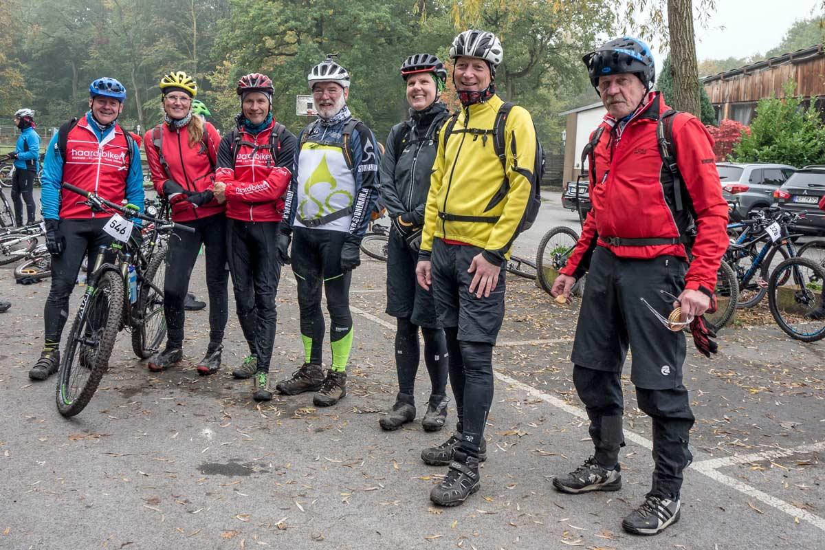 Die versammelte Haardbiker-Mannschaft lässt sich vom Nebel nicht aufhalten.