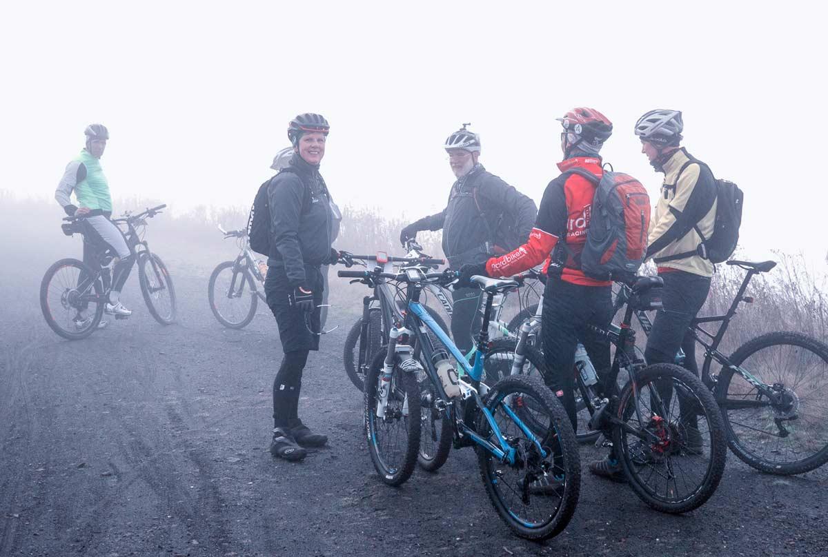 Der Emscherbruch und die Halden im dichten Nebel, Elisabeth hält die Truppe zusammen