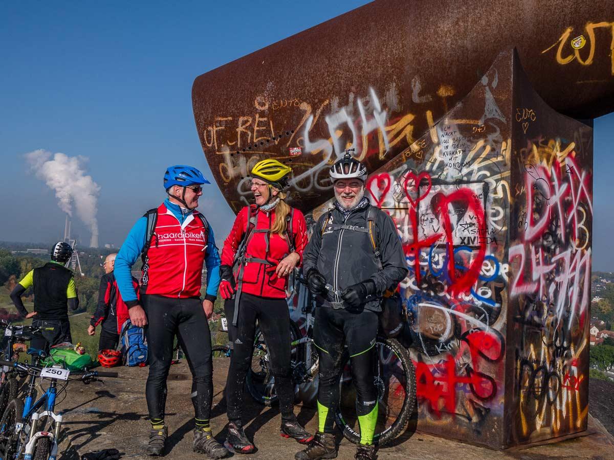 Jürgen, Andrea und Hans freuen sich über den blauen Himmel auf der Rungenberghalde.
